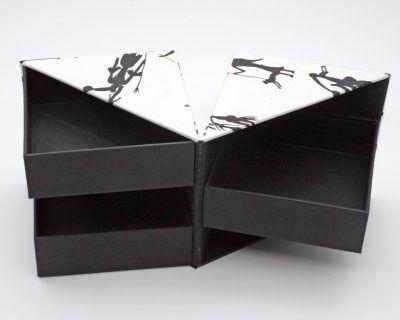 Caja forma de cubo y apertura de concha, papel natural decorado con figuras rupestres, el Telar encuadernación