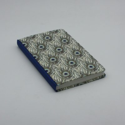 Encuadernación metida en tapas plumas de pavo y azul eléctrico, el Telar encuadernación.